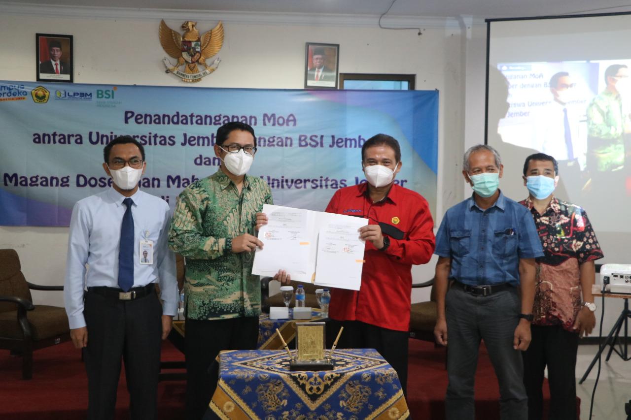 (Seremoni penandatanganan nota kerjasama antara Unej dengan Bank Syariah Indonesia tentang pengiriman dosen magang/ Humas Unej )