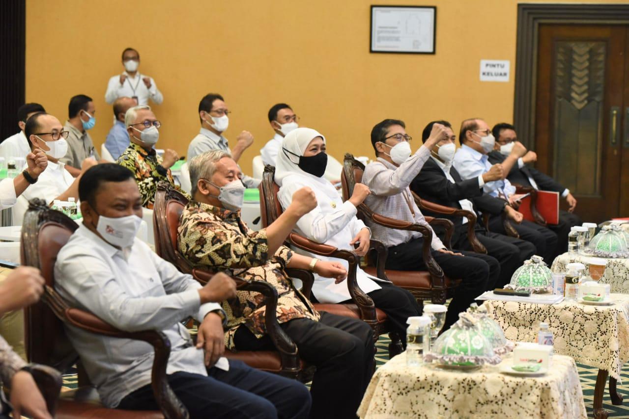 Gubernur Jatim, Khofifah saat menghadiri pertemuan dengan jajaran petinggi Bank Jatim, pimpinan OJK dan Bank Indonesia Jatim. (Foto: Humas Pemprov Jatim)