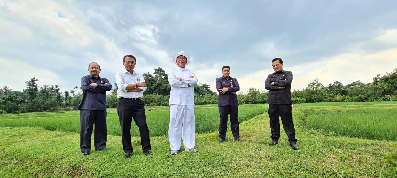 Keterangan Foto: Mantan Plh Bupati Jember, Hadi Sulistyo (kemeja putih) saat berkunjung ke City Forest dan berdiskusi soal pertanian dengan HM Arum Sabil. (Foto: Franky)
