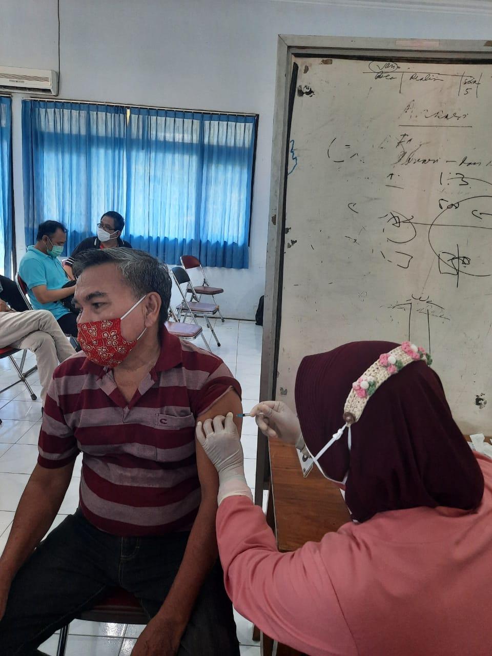 Caption: Salah satu advokat saat mengikuti suntik vaksinasi. (Foto: Humas PMI Jember )