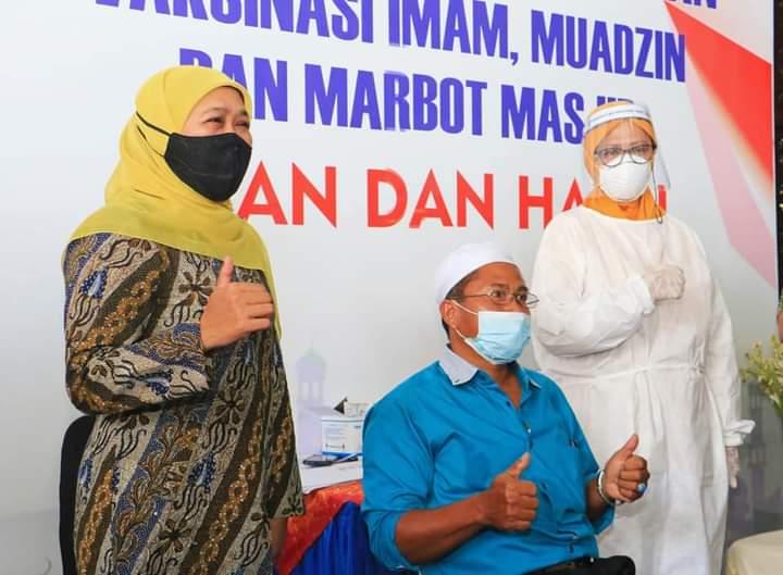 Gubernur Jatim, Khofifah Indar Parawansa saat mengunjungi pelaksanaan vaksinasi untuk imam, muazin dan marbot masjid di Masjid Al-Akbar, Surabaya. (Foto: Humas Pemprov Jatim )