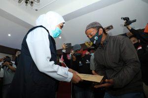Gubernur Jatim, Khofifah saat berdialog dengan warga korban terdampak gempa bumi. (Istimewa/ Pemprov Jatim)