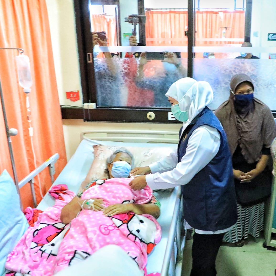 Gubernur Jatim, Khofifah Indar Parawansa saat menjenguk korban gempa yang dirawat di rumah sakit di Blitar. (Istimewa/ Pemprov Jatim )