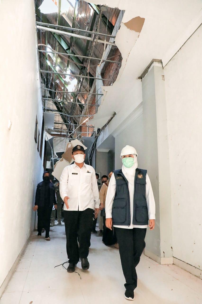 Foto Gubernur Jatim, Khofifah Indar Parawansa saat meninjau lokasi terdampak gempa di Kabupaten dan Kota Blitar pada Rabu (1404). (Istimewa Pemprov Jatim )