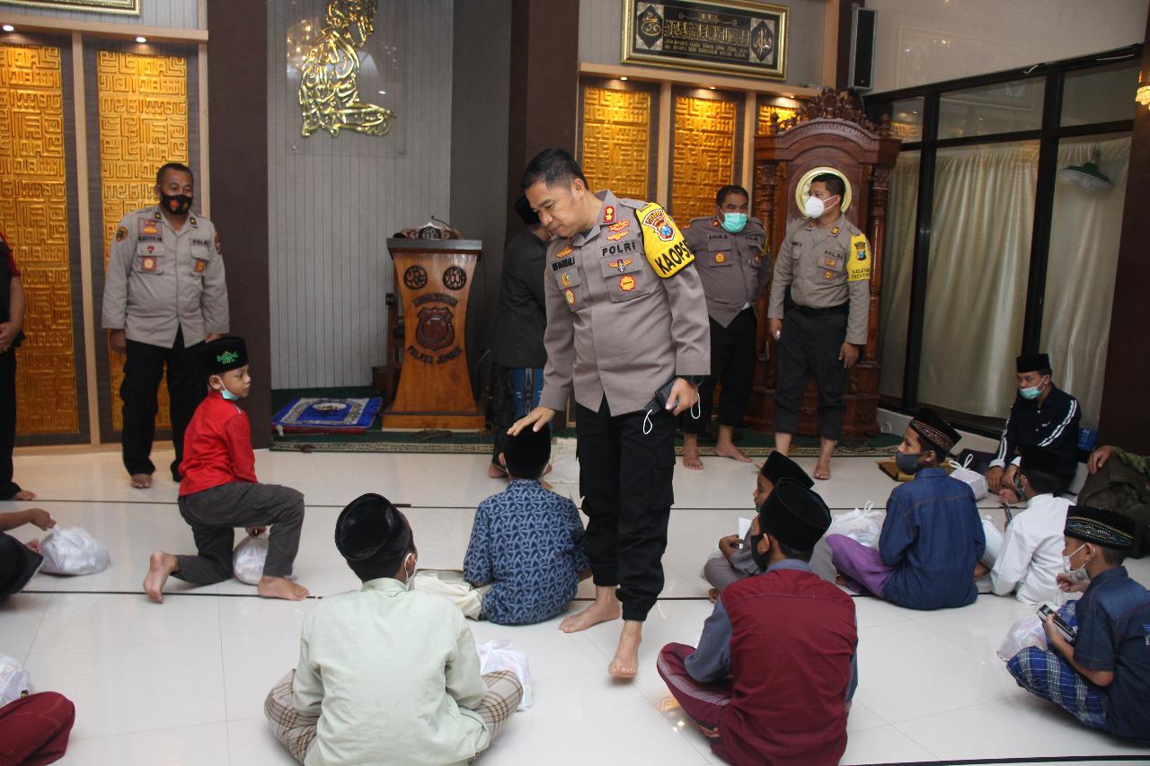 Kegiatan santunan rutin yang dilakukan jajaran Polres Jember kepada anak yatim piatu. (Istimewa/ Polres Jember)