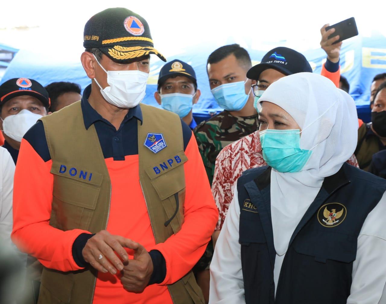 Gubernur Jatim, Khofifah Indar Parawansa saat berdialog denganKepala BNPB, Letjen Doni Moenardo saat berkunjung ke lokasi terdampak gempa. (Istimewa/ Pemprov Jatim)