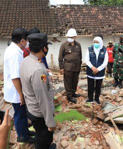 Gubernur Jatim Khofifah saat meninjau kawasan terdampak gempa di Turen, Dampit dan Ampel Gading.