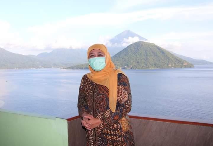 Caption: Gubernur Jatim, Khofifah Indar Parawansa saat berfoto dengan latar gunung di sebuah pulau. (Istimewa/ FB Khofifah IP )