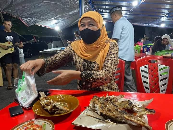 Gubernur Jatim, Khofifah Indar Parawansa saat menyantap hidangan di sebuah warung sederhana di Maluku Utara. (Courtesy: Facebook: Khofifah IP)