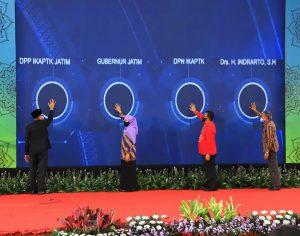 Gubernur Khofifah saat menerima Lencana Kehormatan Asthabrata dari Ketua Umum DPN IKAPTK. (Foto: Istimewa )