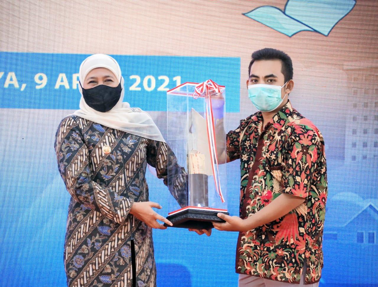 Foto: Gubernur Jatim, Khofifah Indar Parawansa saat menerima penghargaan dari PWI Jatim (Istimewa/ Humas Pemprov Jatim)
