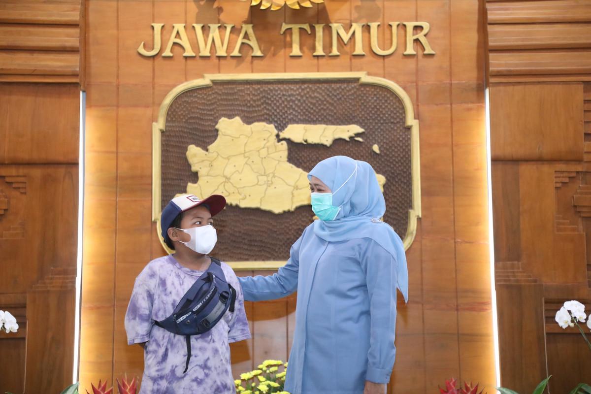 Gubernur Jatim, Khofifah Indar Parawansa saat mengajak Rangga masuk ke Gedung Grahadi, Surabaya. (Foto: Istimewa/ Humas Pemprov Jatim )
