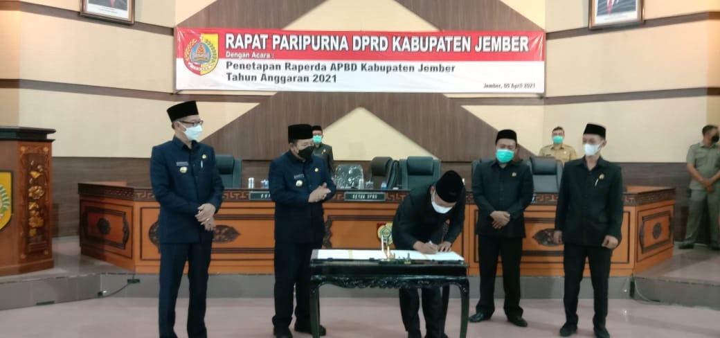 Foto:Paripurna pengesahan Perda APBD 2021 di DPRD Jember yang selesai jelang pergantian hari. (Foto: Humas DPRD Jember )