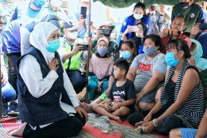 Gubernur Jatim, Khofifah Indar Parawansa saat mendengar keluh kesah warga terdampak gempa di Kab Malang. (Istimewa/ Pemprov Jatim )