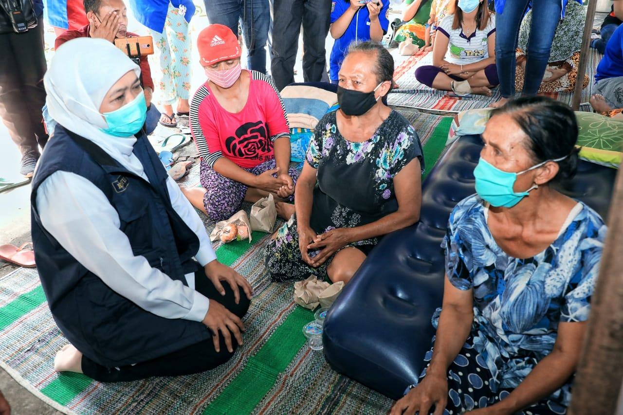 Gubernur Jatim, Khofifah saat mendengar curhatan warga terdampak gempa di Kab Malang. (Istimewa/ Pemprov Jatim )