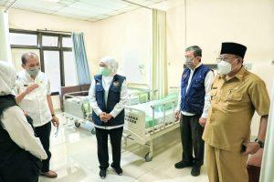 Gubernur Jatim, Khofifah saat berdialog dengan dokter di RS Mardi Waluyo, Kota Blitar. (Istimewa/ Pemprov Jatim)