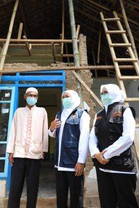 Gubernur Khofifah saat berkunjung ke rumah warga terdampak gempa di Kab Blitar. (Istimewa/ Pemprov Jatim)