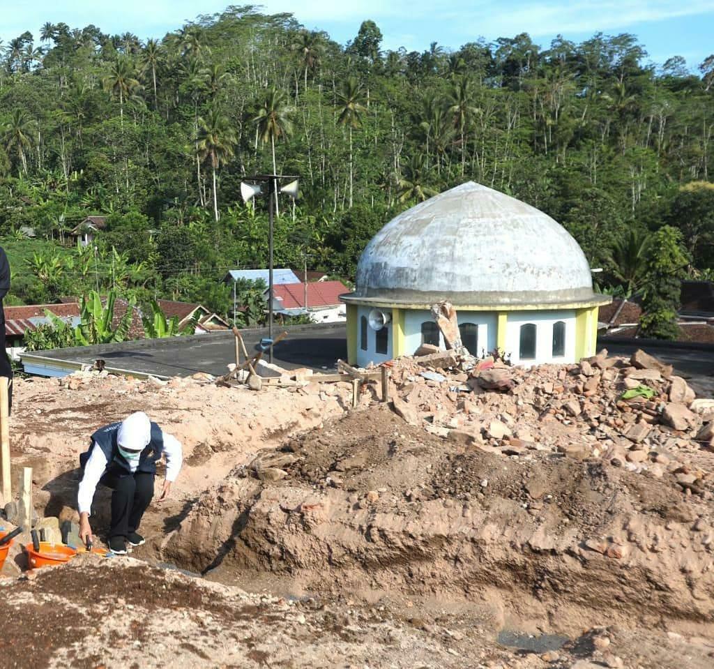 Foto: Gubernur Jatim, Khofifah Indar Parawansa saat meletakkan batu pertama. (Istimewa/ Instagram.com / khofifah.ip)