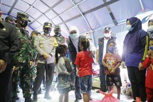 Gubernur Khofifah bersama Forkopimda saat berdialog dengan anak-anak korban gempa di Kab Malang. (Istimewa/Pemprov Jatim)
