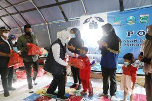 Gubernur Jatim, Khofifah saat memberikan bantuan kepada warga korban terdampak gempa di Kab Malang. (Istimewa/ Pemprov Jatim)