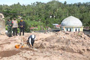 Pembangunan rumah sementara dibantu TNI-Polri agar lebih cepat. (Istimewa/ Pemprov Jatim)