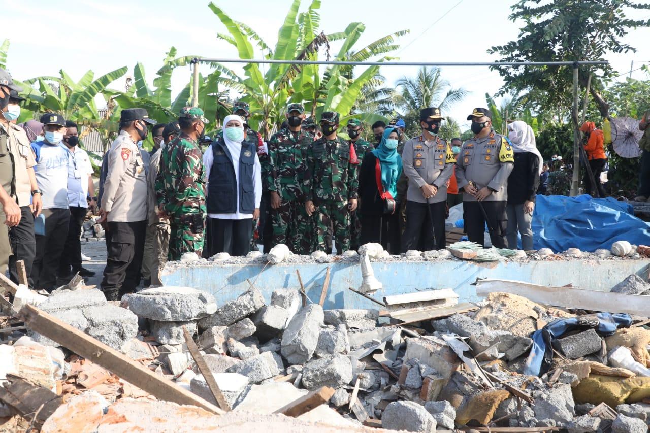 Gubernur Jatim, Khofifah saat meninjau korban gempa di Kab Malang. (Istimewa/ Pemprov Jatim )