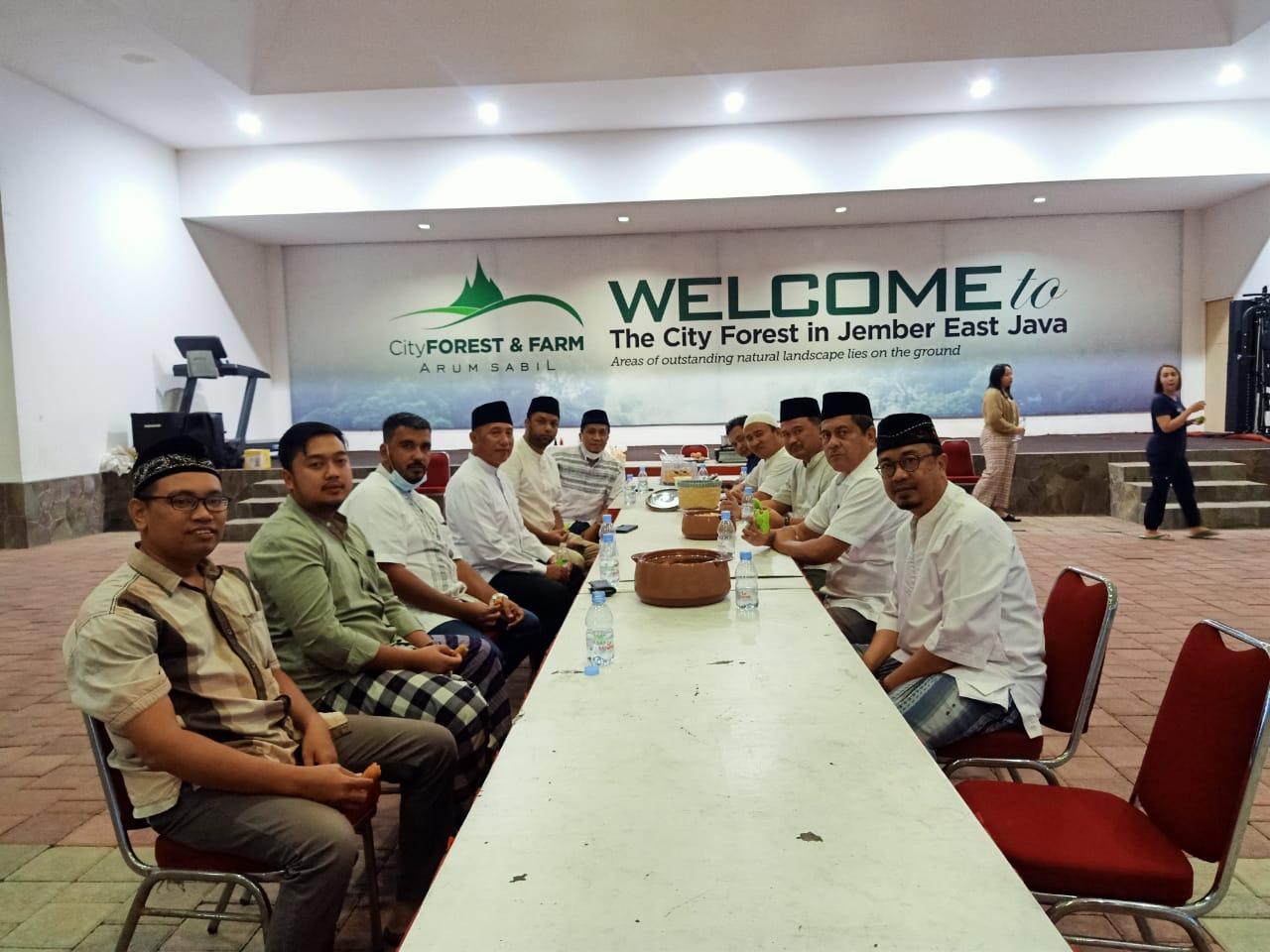 Suasana buka bersama yang digelar oleh HM Arum Sabil, tokoh masyarakat Jember. (Fauzi/ Tunasnegeri.com)