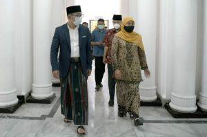 Kang Emil nampak senang didatangi oleh Gubernur Khofifah. (Istimewa)