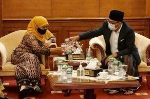 Keduanya nampak serius berdiskusi untuk kemajuan daerah masing-masing. (Istimewa)