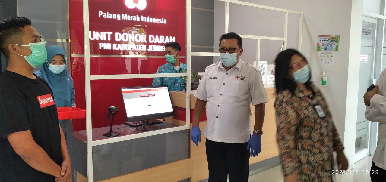 Caption: Ketua PMI Jember, H.E.A Zaenal Marzuki saat berada di Unit Donor Darah (UDD) PMI Jember. (Foto: Dokumentasi PMI Jember )