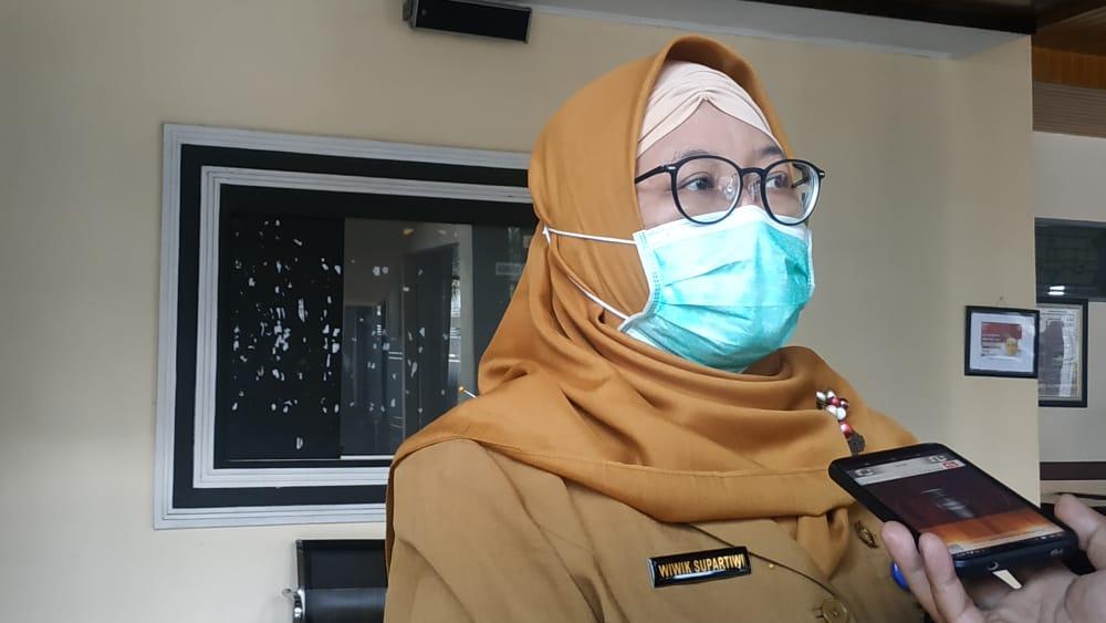 caption: Plt. Kepala Dinkes Jember Wiwik Supartiwi saat dikonfirmasi di Gedung DPRD Jember (Istimewa )