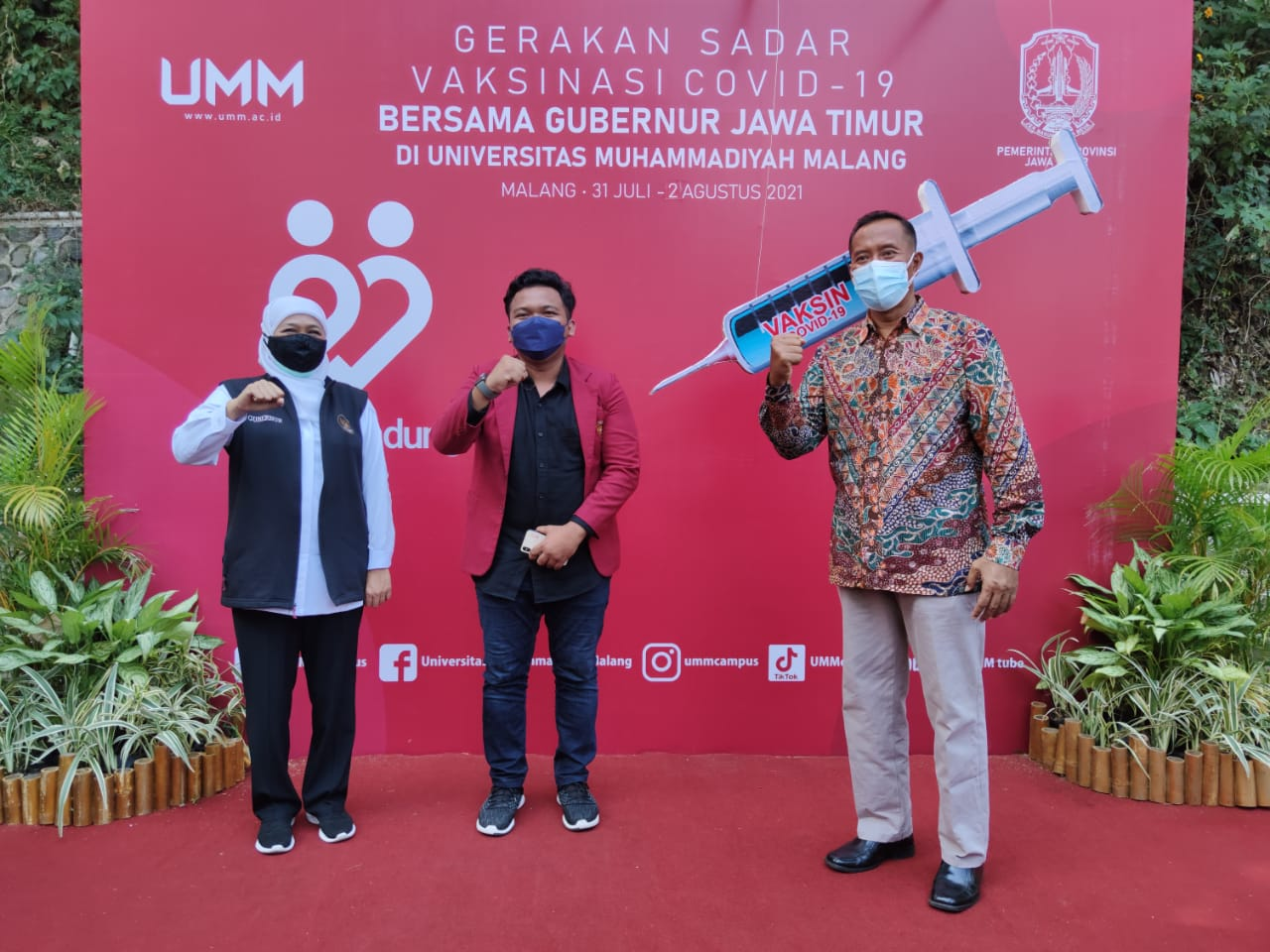 Gubernur Khofifah (Kiri) bersama Rektor UMM (kanan) dalam Gerakan Sadar Vaksin Covid-19 di UMM Malang