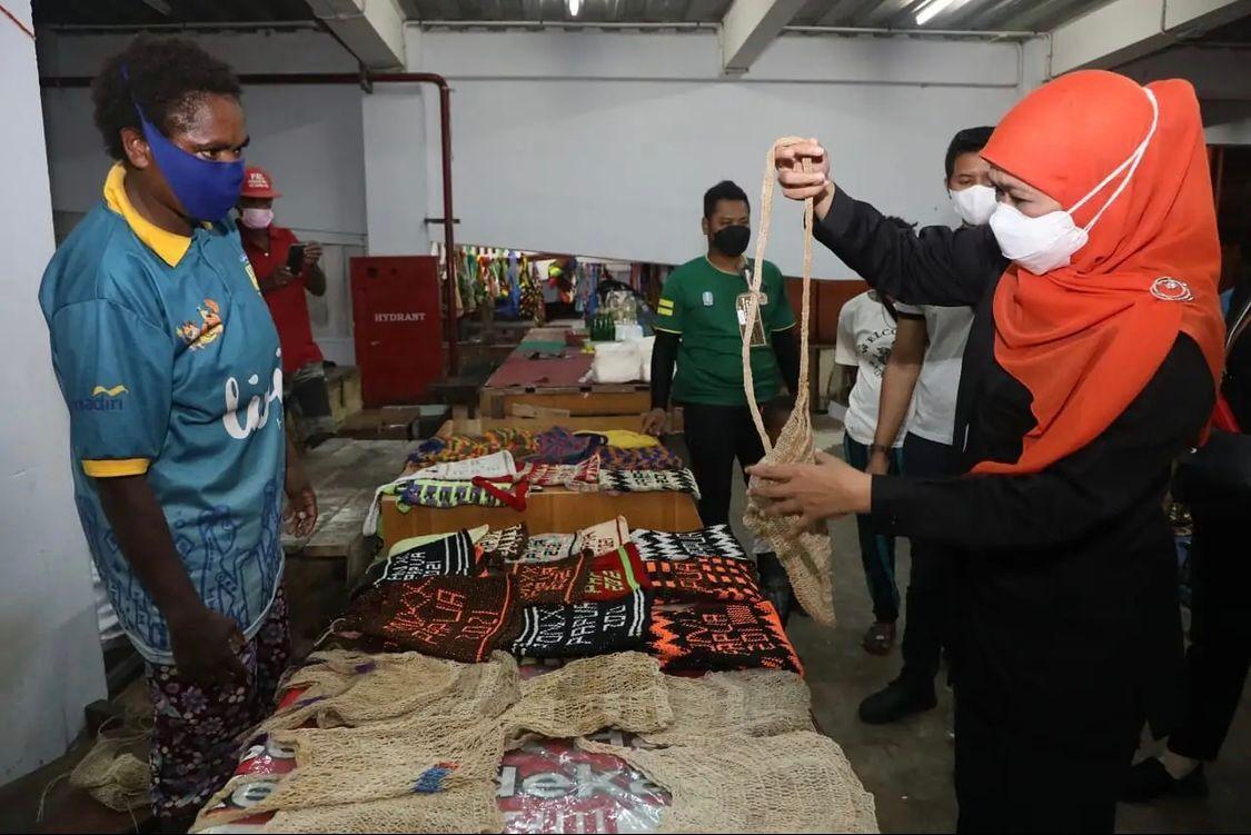 Tunasnegeri.com-Kunjungi Pasar Mama Mama Papua, Gubernur Khofifah Bagikan Kue Spikoe dan Berburu Noken