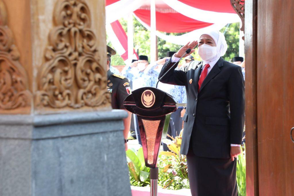 Ziarah ke Makam Gubernur Pertama Jatim, Ini Wejangan Khofifah